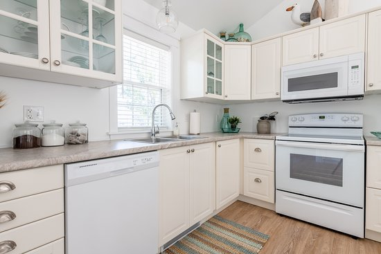 Mahone Bay, Canada: Gourmet kitchen including, fridge, stove, microwave, coffee maker and dishwasher