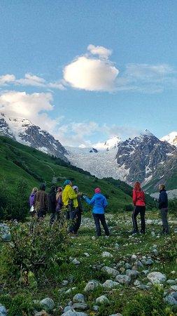 Adishi, Gruzja: Сванское селение Адиши - еще одно место обязательное к посещению. Находится в ущелье которое заканчивается самым большим ледопадом Европы.