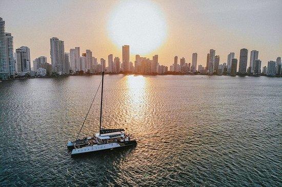 Crucero a la puesta del Sol