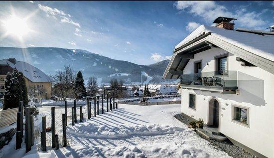 Sankt Michael im Lungau, ออสเตรีย: Inmitten der österreichischen Alpen, im UNESCO Biosphärenpark Lungau, begrüßen wir Sie seit Ende 2017 in unserem neu errichteten Appartement Auszeit. Unser gemütliches, 80 m2 grosses Appartement befindet sich im Ortszentrum von St. Michael im Lg. Viele Ausflugsziele, egal ob im Sommer od. Winter, sind in nur wenigen Fahrminuten erreichbar. Rad & Wanderwege, Skigebiete sowie ein Golfplatz befinden sich in unmittelbarer Nähe. Besonderes Highlight ! Massage-& Kosmetikmöglichkeiten gleich gegenüber.