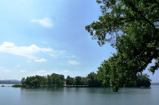 Isola dei Cipressi sul Lago di Pusiano situato tra le provincie di  Lecco e Como.