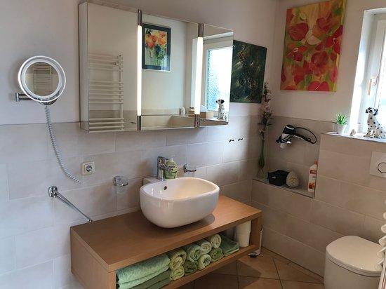 Waschtisch und WC im Bad der Wintergartenwohnung