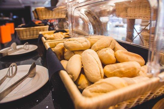 La Quinta by Wyndham Santiago Aeropuerto: Muchos tipos de panes en tu desayuno Buffet!