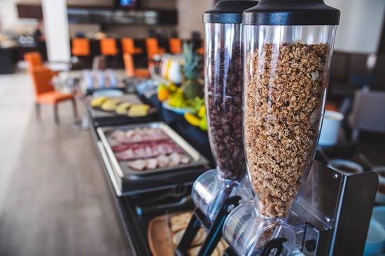 La Quinta by Wyndham Santiago Aeropuerto: Cereales, avena, Granola en tu desayuno Buffet!