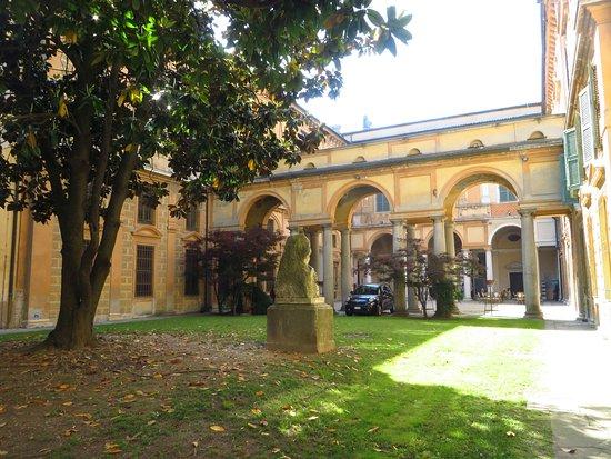 Museo Civico Ala Ponzone: il cortile e il giardino del palazzo visti dall'ingresso del museo di storia naturale