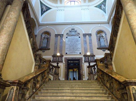 Museo Civico Ala Ponzone: lo scalone di accesso al museo civico