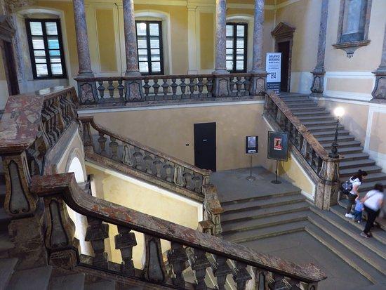 Museo Civico Ala Ponzone: vista dall'alto del monumentale scalone d'accesso