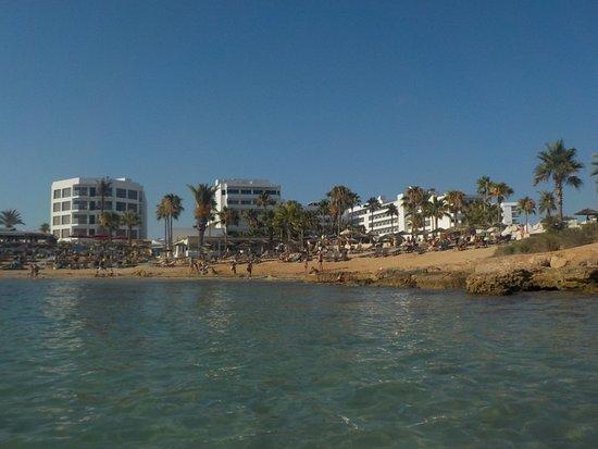 Christofinia Hotel Cyprus: вид с моря на отели