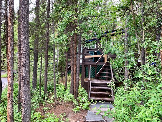 Room pictures and outdoor area at Sunwapta Falls