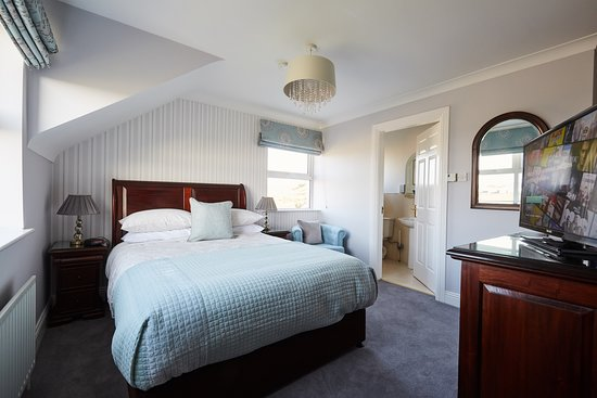 Our Sea View King room is on the first floor has a fantastic panoramic view of the Atlantic Ocean, Doolin Village and the 500 yr old Doonmacfelim Castle. The room has a Luxurious King bed and an en-suite bathroom.