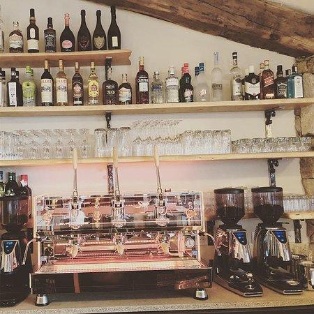 Nous réalisons nos cafés avec une machine Haut de Gamme à piston afin de vous offrir une expérience unique. Trois sortes de café: Bio, Doux ou Corsé ! Servis dans nos tasses maison et avec une gourmandise!