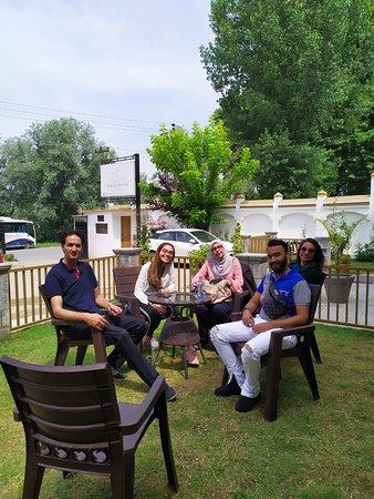 Kashmir, Índia: Malaysian guests enjoying at hotel in Srinagar