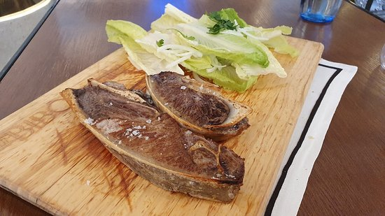 T-bone de atún de almadraba con hojas frescas de lechuga, cebolleta y limón