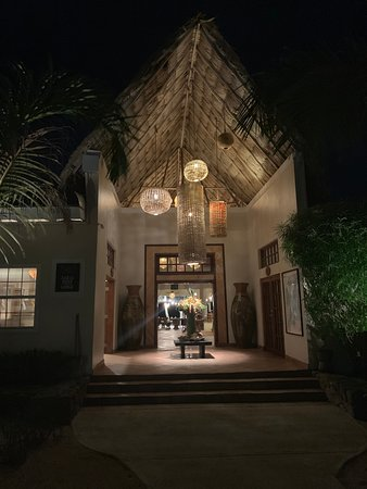 The Lodge at Jaguar Reef: Entrance to the lobby and restaurant
