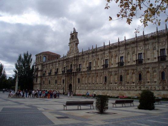 Испания: Il monastero di San Marcos a Leon appartiene al rinascimento spagnolo. Oggi è un albergo di lusso della catena spagnola Parador.