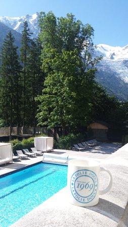 Vue sur les montagnes et piscine depuis la chambre