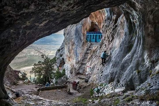 Ypati, Grécia: Αρσάλη!!!μια σπηλιά πελώρια ανάμεσα στα βράχια, φαντάζει σαν μάτι κύκλωπα...