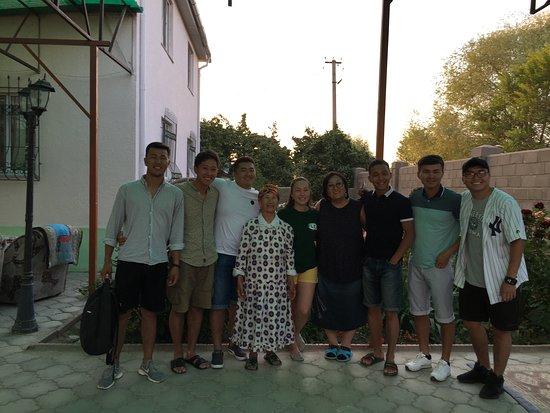Чичкан, Киргизия: На фотографии мы с друзьями и по середине бабушка Зайнагул её дочь Банура эже и внучка Тахмина