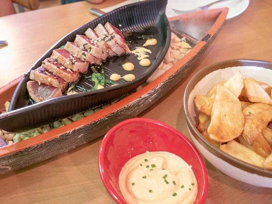 Inclan Brutal Bar: Tataki de atún y patatas bravas