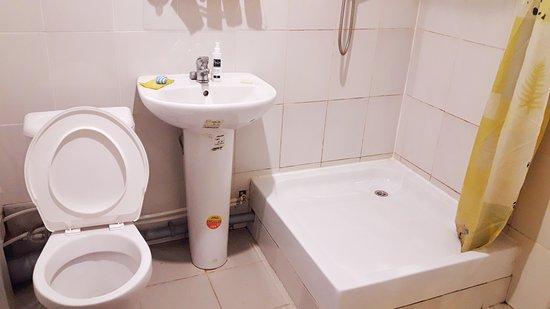 Hotel Solovetskaya Sloboda: в ванной чисто, но есть плесень на шторках душа, с потолка постоянно капает вода с номера выше. меры администратор не предпринял .