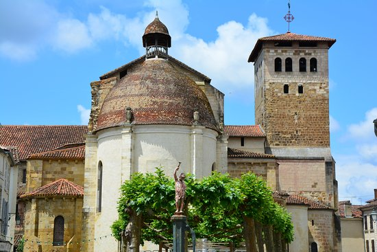 Saint Sever, Francia: Vue de l'abbatiale depuis la place de Verdun