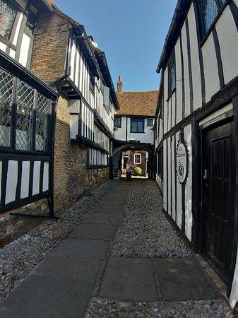 The Mermaid Inn: Hotel is on both sides of cobbled alleyway