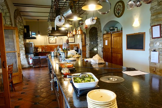 Chiaveretto, Italie : Kitchen where all the action happens. Lunch has been prepared by Chef Franco to welcome our group.
