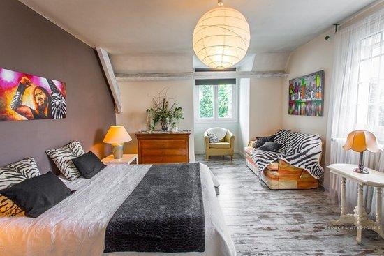 Paillart, Francja: les 4 chambres avec une grande luminosité , lits king size pour 2 d'entres elles, une chambre enfants, un coin salon privé, avec télévision , wifi etc...