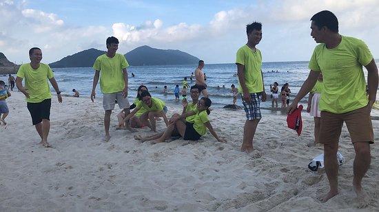 Quan Lan, Vietnam: Bãi biển Quan Lạn, dòng sông đôi bờ cát trắng, biển ngọc (Ribinson), bãi biển Minh Châu, biển tắm ở đây khá sạch, sóng hiền hòa, cát trắng cho trẻ nghịch, chạy nhảy. Tuy nhiên bãi biển Quan Lạn mọi người chỉ nên tắm buổi sáng vì chiều sóng rất mạnh không phù hợp cho trẻ em vui chơi và tắm. Bãi biển Minh Châu khá hiền hòa lại sạch nên hầu như 2 ngày ở đấy cả đoàn đều đến đây tắm :D. Trên bãi biển Quan Lạn có cánh rừng đồng cỏ xanh mướt chị em có thể thả dáng sống ảo trên đấy.