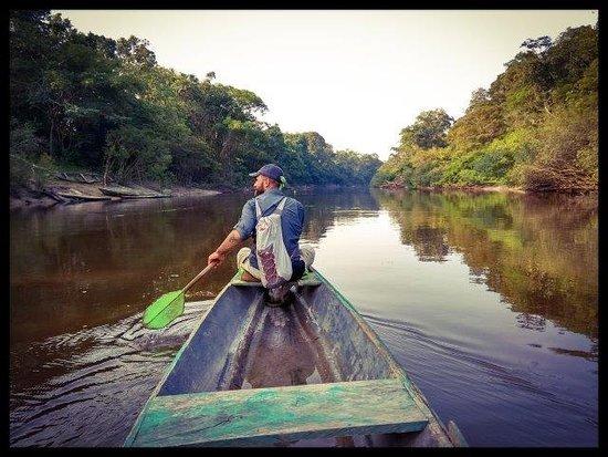 Rio Negro, شيلي: Esplorazione in canoa del Rio Negro: risalita del fiume con la barca a motore trainando una piccola canoa, che poi si usa per discendere il fiume….le guide ti lasciano andare avanti per darti l'impressione di essere sola al guado. Mi sembra di essere in uno dei miei sogni!