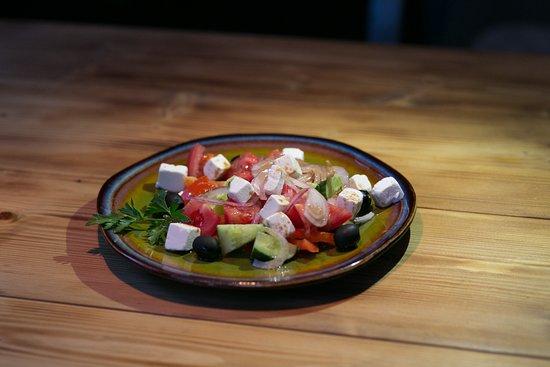 Салат «Греческий» 240Р  Классический салат из свежих овощей с сыром Фета и оливками, заправленный горчично-бальзамическим соусом.