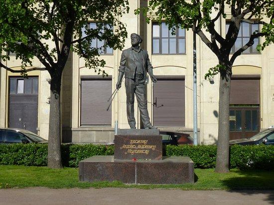 Monument  to Mylnikov