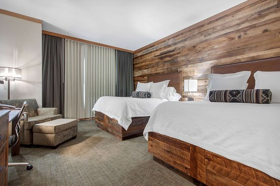 Norfolk Lodge & Suites Ascend Collection: Spacious room with queen beds