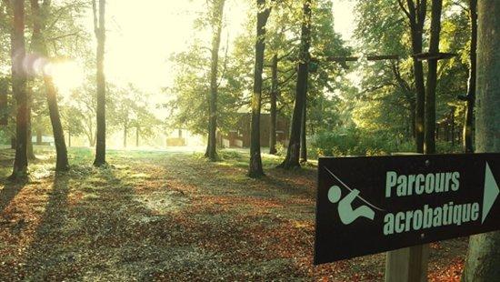Saint-Sever-Calvados, Francja: Parcours pédagogique acrobatique en pleine forêt, autant que pour les enfants que pour les adultes