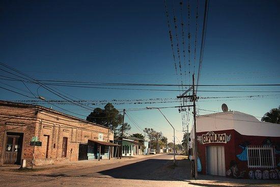 """Chavarria, อาร์เจนตินา: La esquina del hospedaje y bar """"El polaco"""", el punto de reunión en Chavarría."""