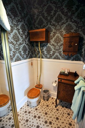 Ligonier, IN: Rose Bathroom
