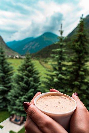 Tegenekli, Russland: Выпейте чашечку кофе, любуясь на прекрасный вид гор.