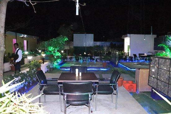 Hotel Pawanraj: Garden seating 