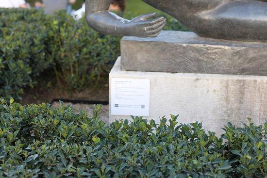 Statue L'Air:  La particularité de cette œuvre est que celle-ci est entourée par un petit muret de buissons.