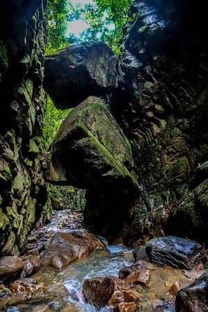 Kimbiri District, Peru: Las famosas piedras colgantes de Samaniato en kimbiri vraem