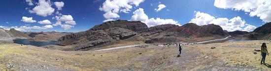 Canta, Peru: Vista panoramica der. Laguna 7 Colores Izq Laguna Chuchon.