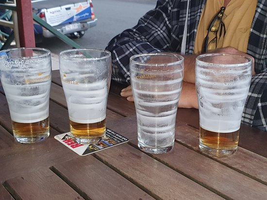Nebo, Australia: Good icy cold beer and great beer glasses as you can see