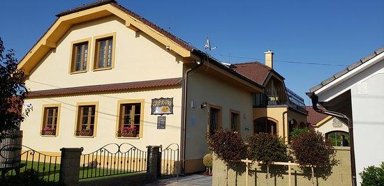 Slovensky Grob, สโลวะเกีย: La ubicación es fácil, si tiene carro, navegación o uber. Está fuera de la capital, unos 30 min.