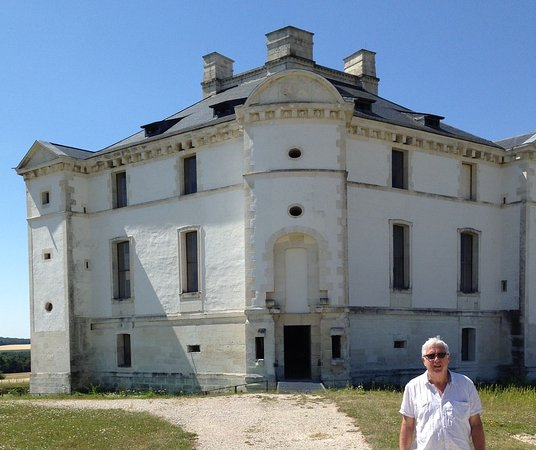 Cruzy-le-Châtel, France : Front of Chateau