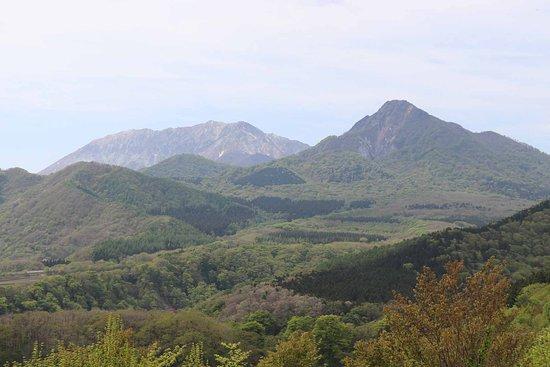 烏ケ山とその奥の大山