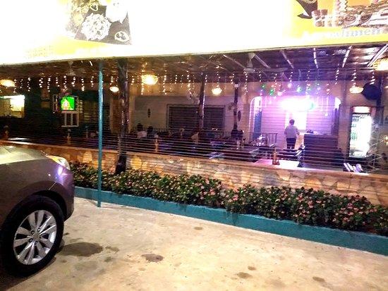Abomey-Calavi, Benim: extérieur et parking du restaurant