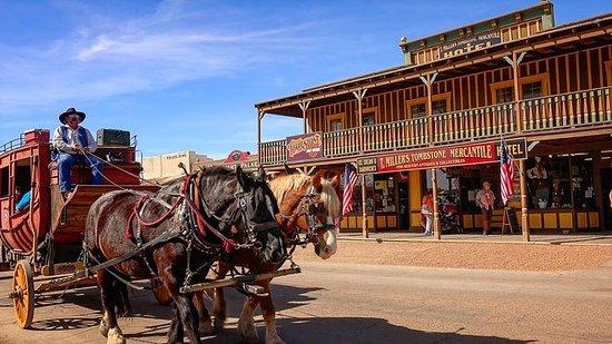 フェニックス発アリゾナ州トゥームストンとサン・ザビエル伝道教会を巡る日帰り旅…