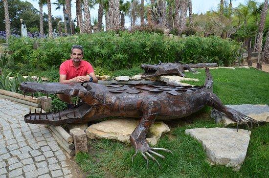 Bombarral, Πορτογαλία: Yo, junto a uno de los cocodrilos del jardín.