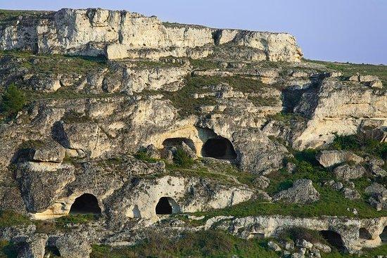 """在Murgia的""""Sassi""""和岩石教堂之間徒步旅行"""