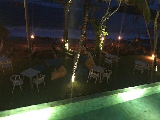 Petti Petti Mirissa: Restaurant with a pool